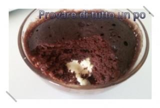 Mug cake al cioccolato dal cuore bianco