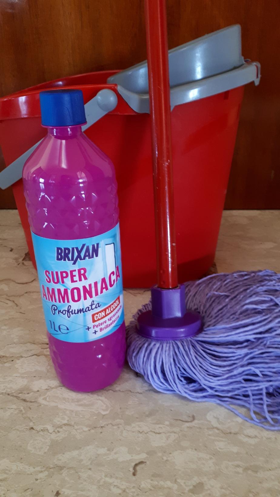 pulire la casa con ammoniaca