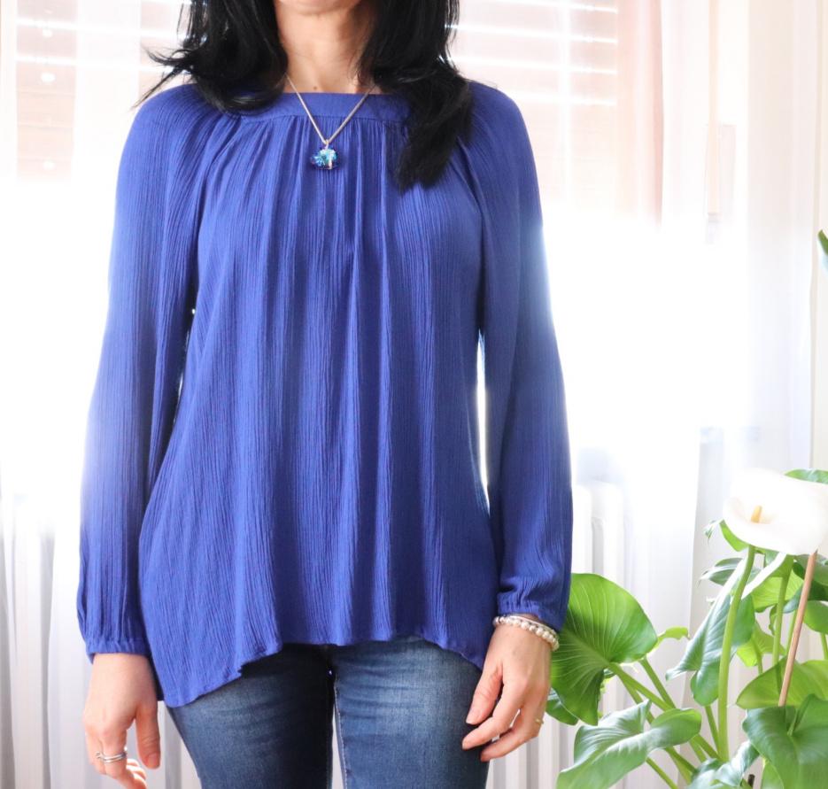 camicetta a maniche lunghe blu, colori nella moda